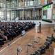 Die Moderatorin auf der Bühne vor einem vollen Saal auf dem Global Bioeconomy Summit.