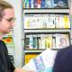 Ein Regal voller Ausgaben |transkript, European Biotechnology usw., davor ein Leser.