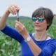 Eine Forscherin nimmt auf einem Versuchsfeld Bodenproben.